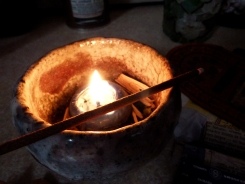 Un encens artisanal tibétain brulait avec une bougie bleu nuit