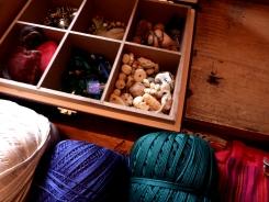 Fils et perles, pour fabriquer gri-gris et amulettes